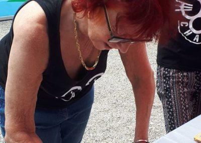 Tomi Tomek qui signe une pétition